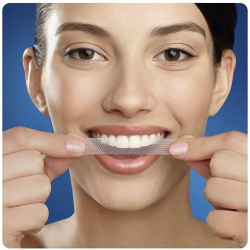 Đơn Giản Với Cách Dùng  Miếng Dán Trắng Răng Crest 3D White