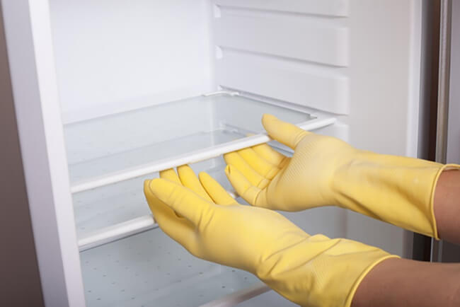 Tháo hết các ngăn kệ trong tủ