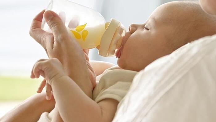 Cho trẻ sơ sinh uống sữa đúng cách