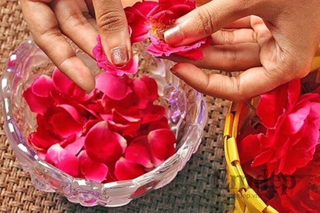 Làm nước hoa hồng bằng chưng cách thuỷ