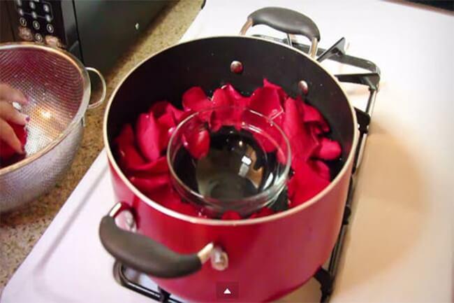 Làm nước hoa hồng kiểu truyền thống