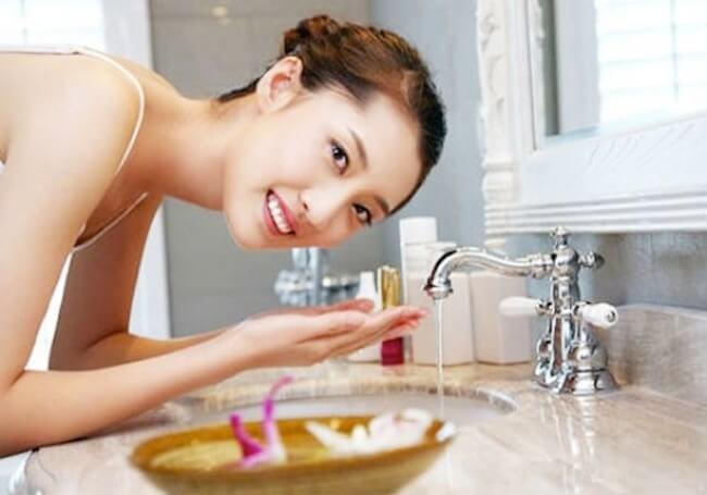 Rửa mặt trực tiếp với nước hoa hồng